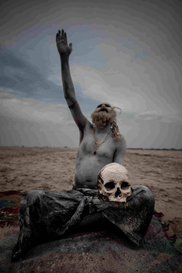 تصاویری از آگوری ها؛ فرقه مذهبی آدمخوار هند که گوشت انسان، مدفوع و سم میخورند