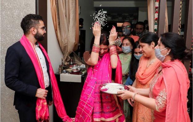 کرونا در هند / تبدیل عروسیهای پر زرق و برق به مهمانیهای کوچک
