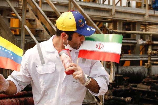 بوسیدن پرچم ایران توسط فرمانده نفتکش فورچون