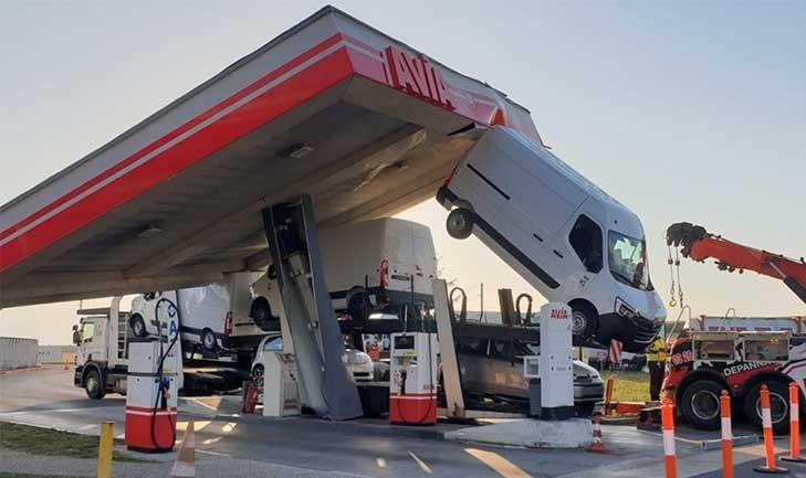 اتفاقی عجیب و غریب در یک پمپ بنزین+عکس