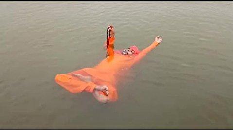 شناور ماندن مرد تسبیح به دست روی آب!