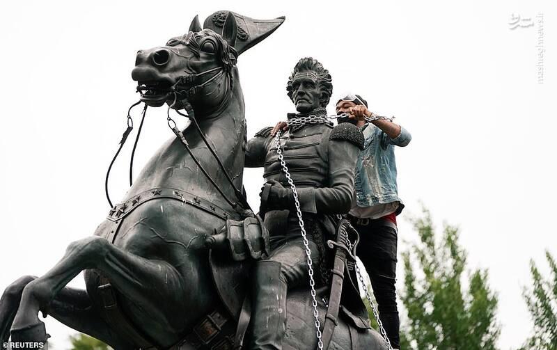 تلاش معترضان برای تخریب مجسمه در واشنگتن+عکس
