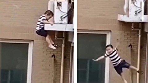 لحظه سقوط وحشتناک کودک بازیگوش از طبقه چهارم آپارتمان