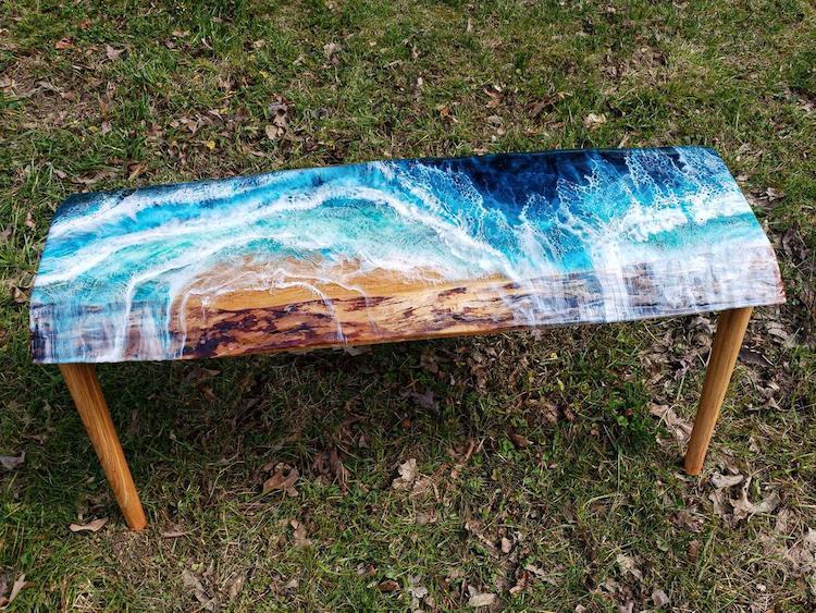 هنرمندی که میزهایی با چوب و رزین میسازد که یادآور زیبایی امواج دریاها و اقیانوسها هستند