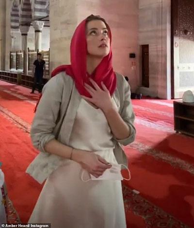 عکس جنجالی امبر هرد در مسجدی در ترکیه