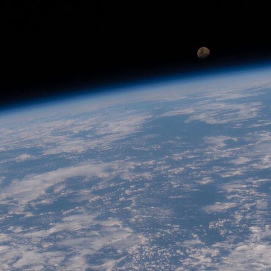تصویری از زمین و ماه در یک قاب خیرهکننده