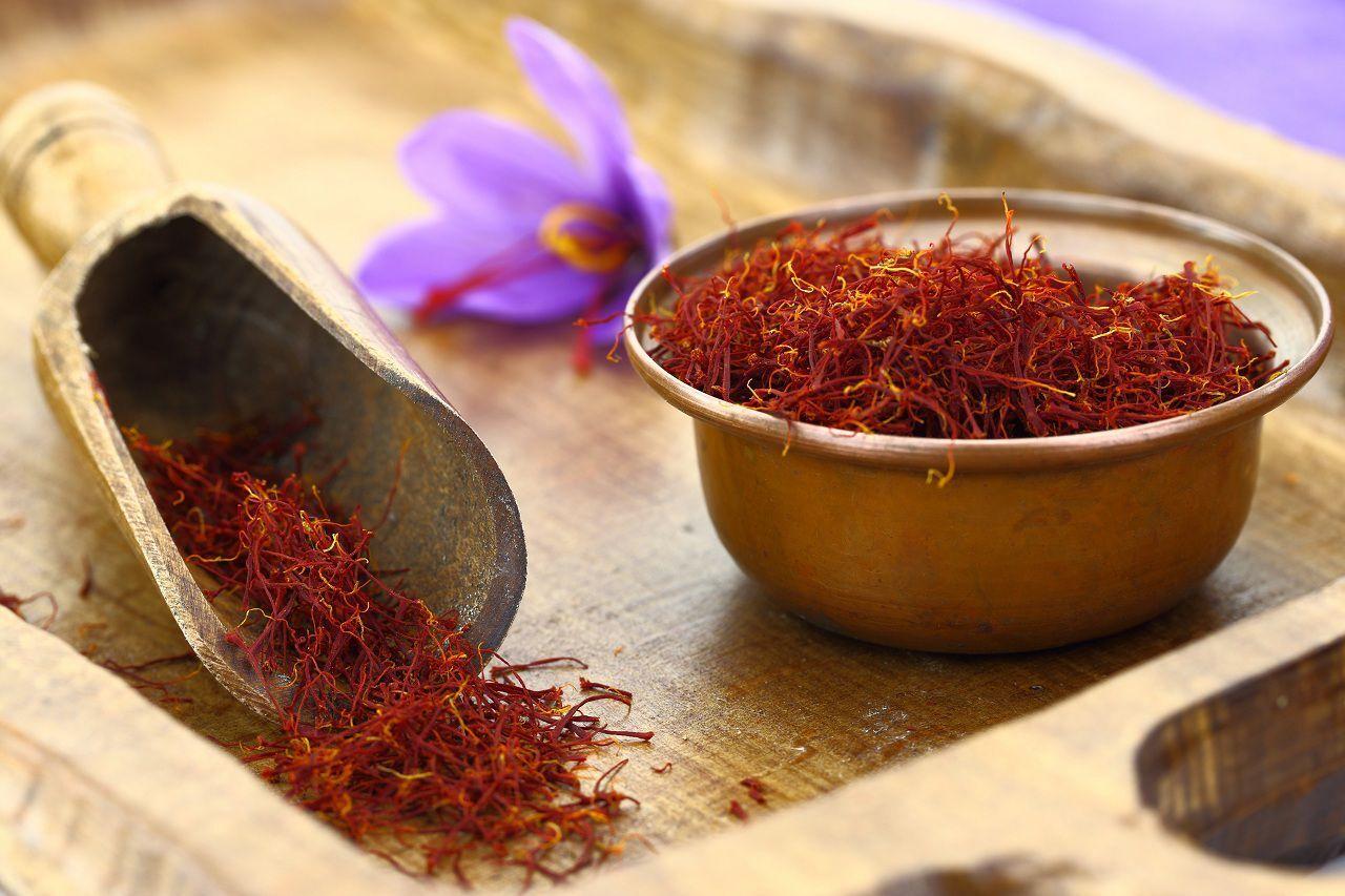 با این ترفند جالب زعفران خیلی بیشتر رنگ و عطر میدهد
