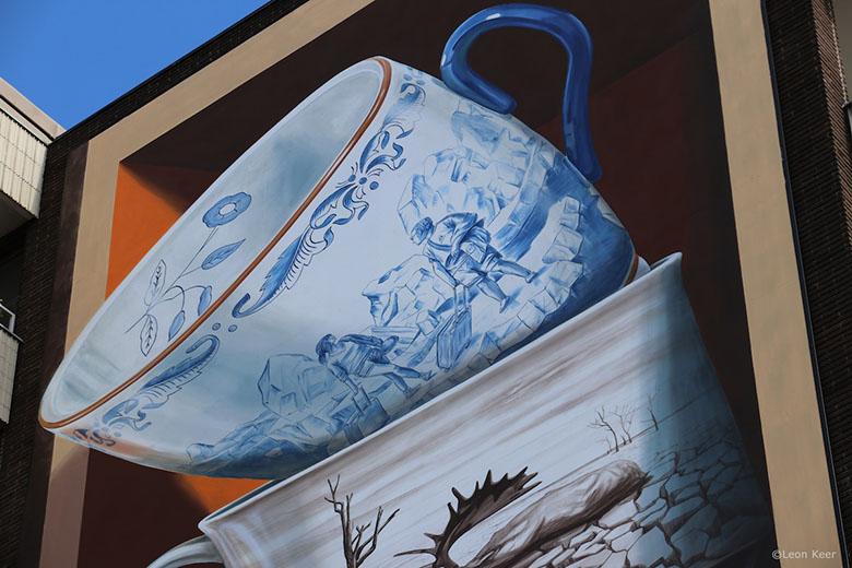 نقاشی دیواری سه بعدی فنجانهای نامتعادل؛ نمادی از شکنندگی و در آستانه فروپاشی زندگی
