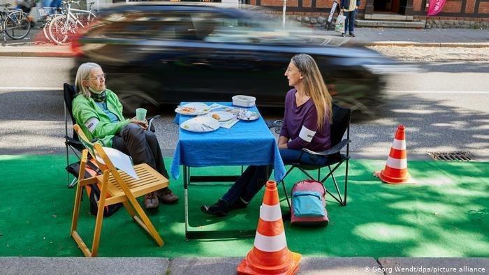 پیک نیک عجیب دو زن در کنار خیابان+عکس