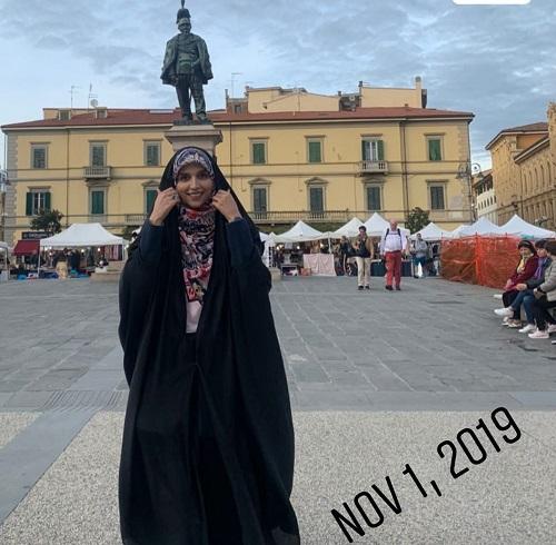 تصویری از مجری چادری معروف در خارج از کشور