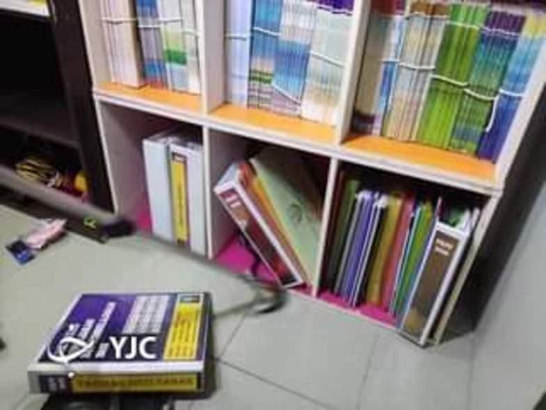 پنهان شدن مار کبرا در قفسه کتابخانه مدرسه+تصاویر