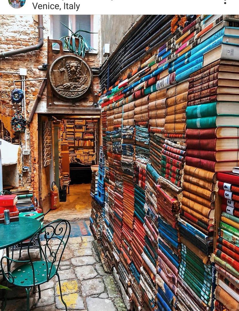 تصویری از یک کتاب فروشی در شهر ونیز ایتالیا