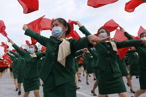 رژه نظامی با ماسک در کره شمالی+عکس