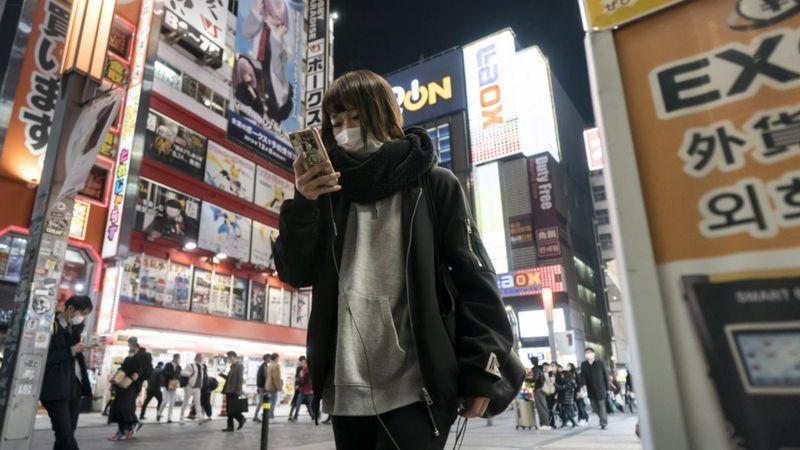 شهری در ژاپن که راه رفتن با تلفن را ممنوع کرد