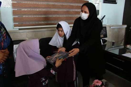 معلم قزوینی تبلت به دانشآموزان خود هدیه داد+عکس
