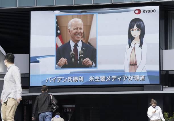 خبر پیروزی بایدن در صفحه نمایش بزرگ در توکیو + عکس