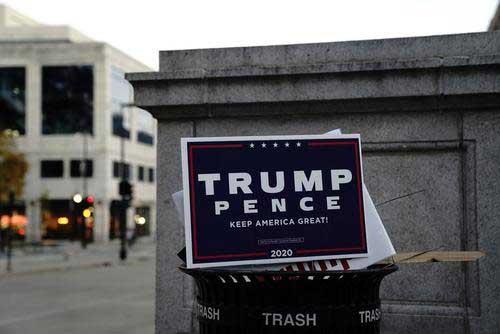 انداختن تراکت تبلیغاتی ترامپ در سطل زباله+عکس