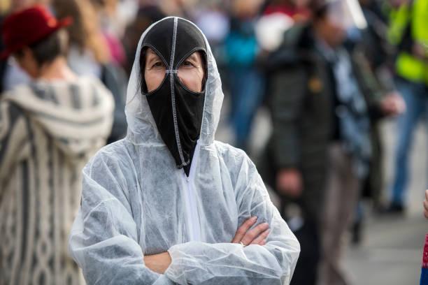 ماسک عجیب یک زن معترض +عکس