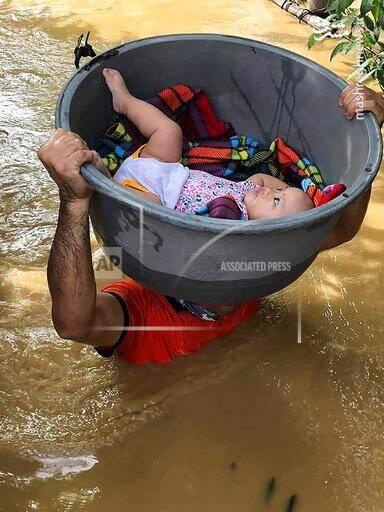 حمل جالب کودک در میان سیلاب+عکس