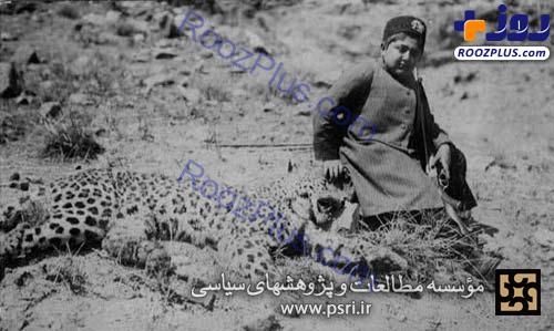 عکس یادگاری احمدشاه قاجار با پلنگ شکار شده