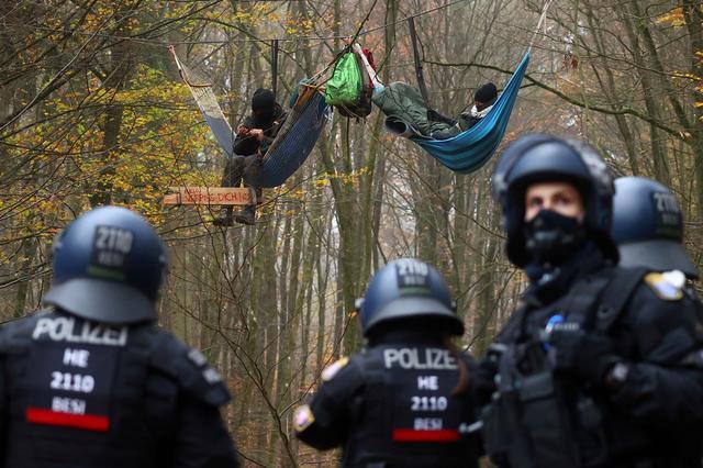 معترضین به ساخت بزرگراه در جنگلهای آلمان + عکس