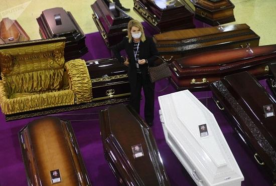 مراسم رونمایی از لباسهای شیکِ تشییع جنازه +عکس