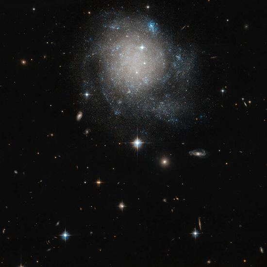 تصویر ثبتشده هابل از یک کهکشان کمنور