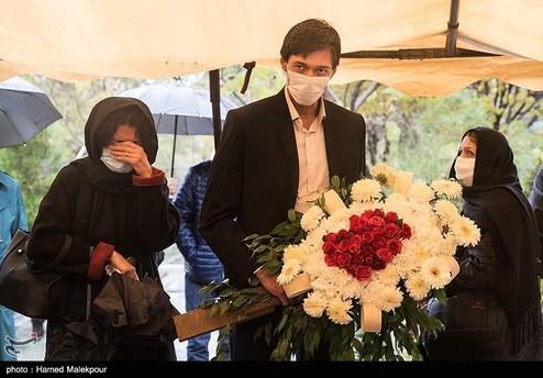 فرزند زندهیاد پرویز پورحسینی در مراسم خاکسپاری +عکس