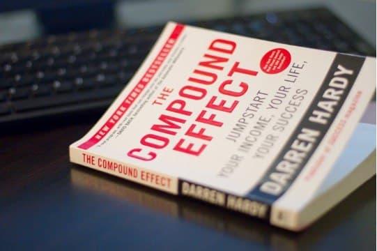 چرا خواندن اثر مرکب به افزایش درآمد شما کمک می کند؟