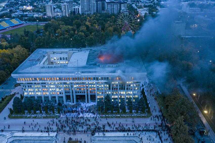 سوزاندن ساختمان کاخ سفید در بیشکک در نتیجه اعتراض به نتایج انتخابات+عکس دیده نشده