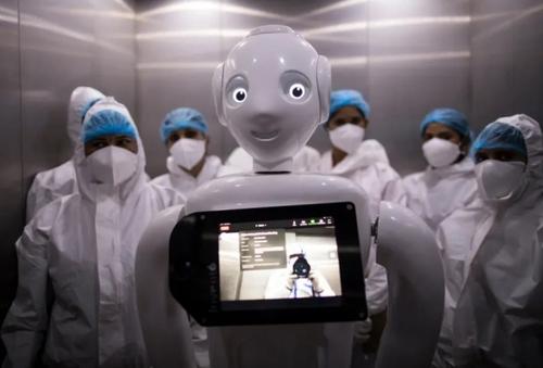 روبات کمکی به بیماران کرونایی در آسانسور + عکس