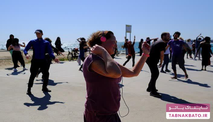 رقص بی صدا کرونایی در سواحل بارسلونا