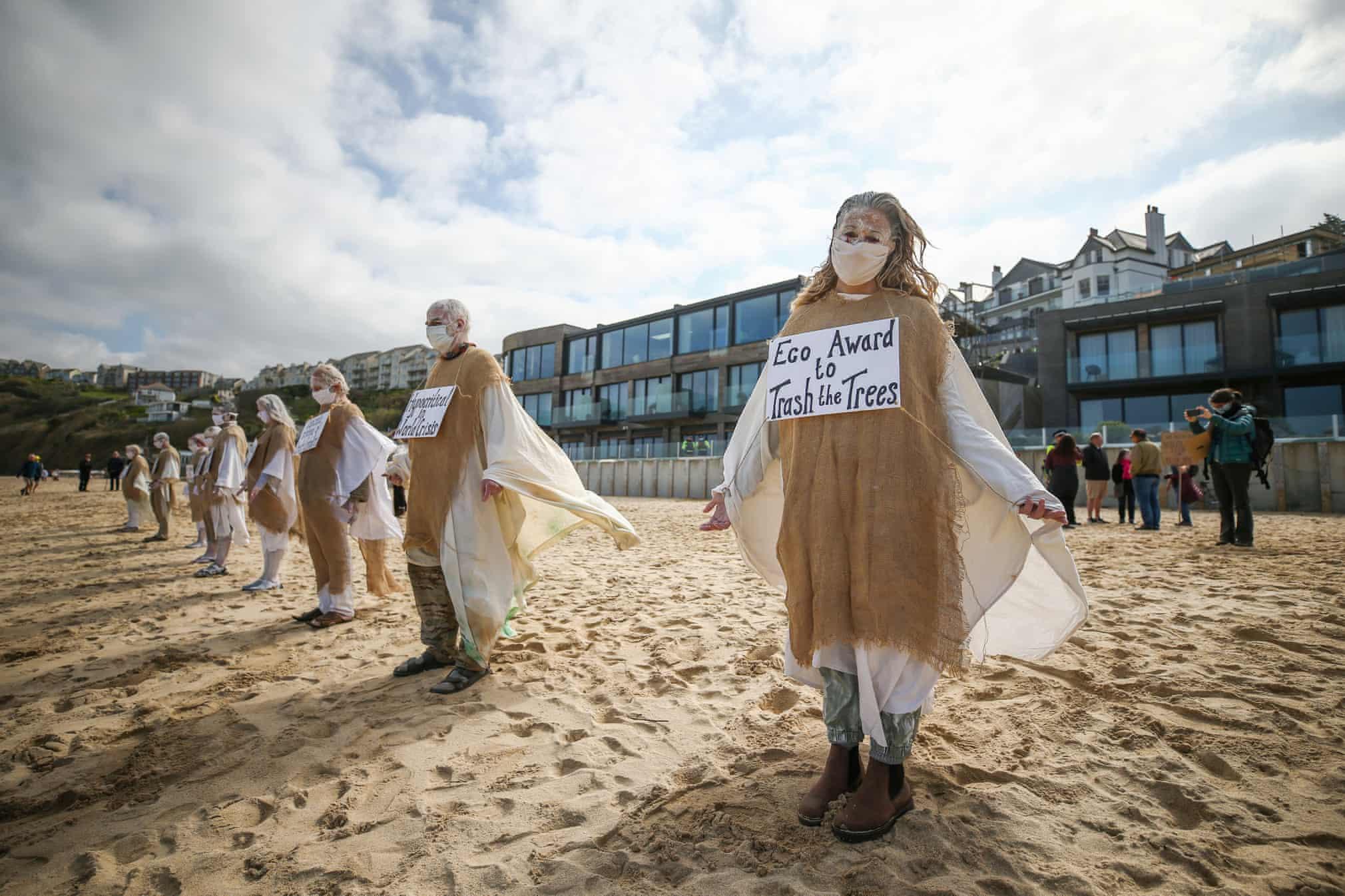 پوشش متفاوت معترضین به تخریب محیط زیست در انگلستان + عکس