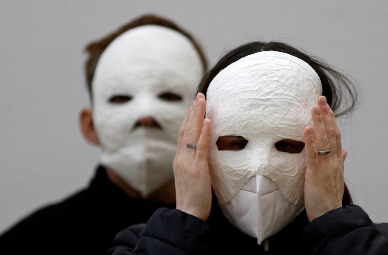 ماسک زدن متفاوت برای راهپیمایی عید پاک + عکس