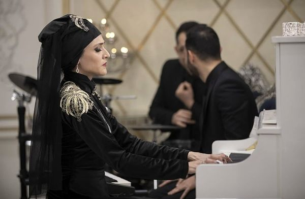 پیانو زدن ویشکا آسایش + عکس