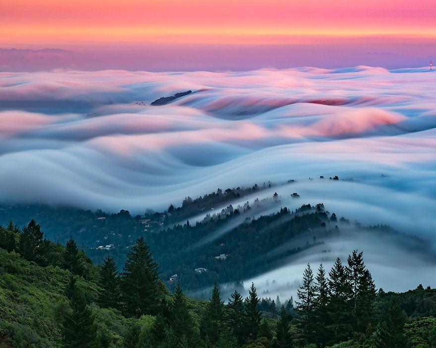 وقتی موجهای مه، به مانند اقیانوسی در دل آسمان میشوند
