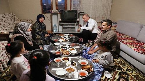 حضور اردوغان در افطاری یک شهروند