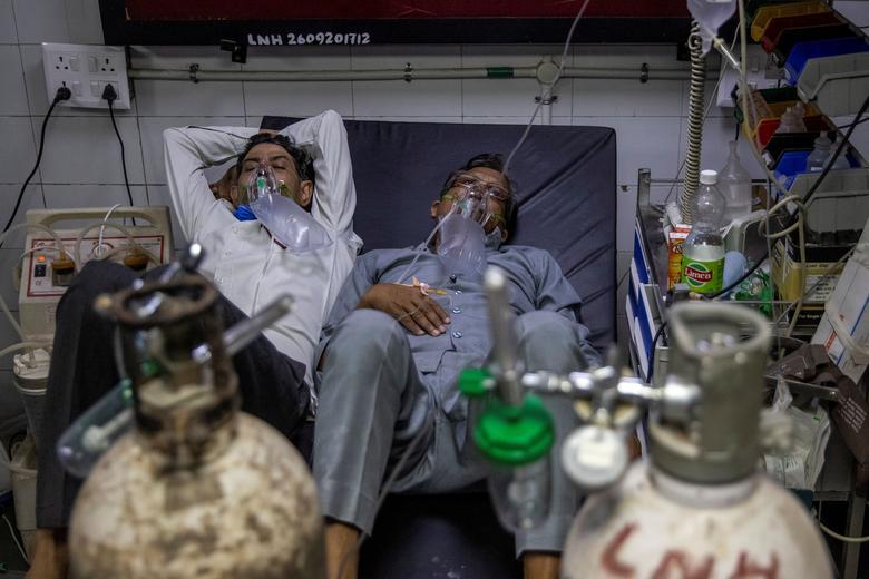 دو بیمار بر روی یک تخت در بیمارستان های هند