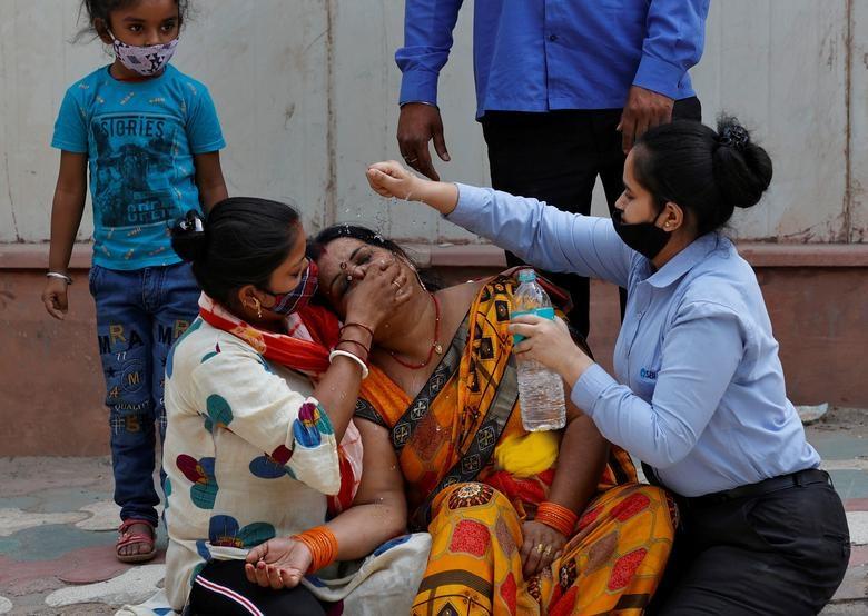 دلجویی از زن هندی که شوهرش بر اثر کرونا جان سپرد + عکس
