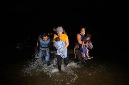 عبور پرمخاطره پناهجویان از رودخانه مرزی به مرز ایالات متحده آمریکا + عکس