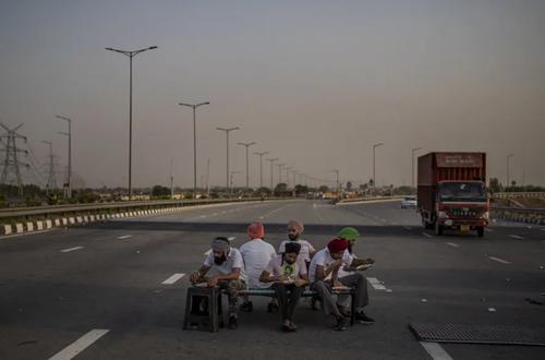 کشاورزان معترض هندی اتوبان اصلی شهر را بستند+ عکس