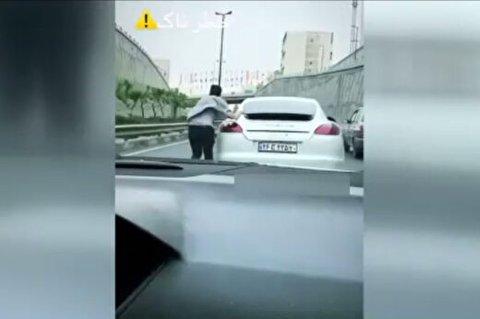 حرکت خطرناک یک شهروند در یکی از بزرگراههای تهران