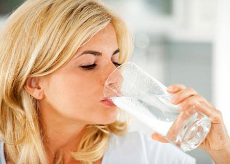 وقتی آب کافی می نوشید این اتفاقات خوب در بدن رخ می دهد