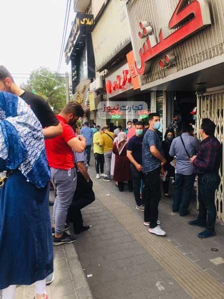 صفکشی برای فروش دلار مقابل صرافیهای تهران