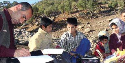 معلم لرستانی کوه به کوه در پی دانشآموز