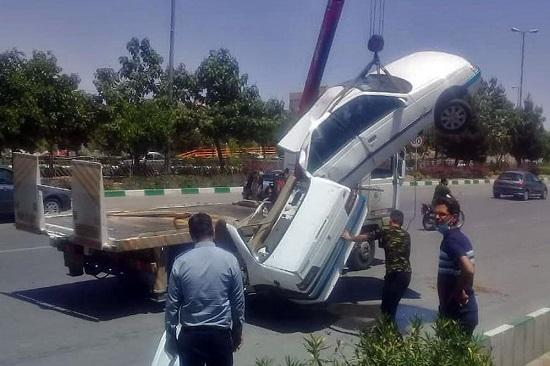 خودرو پژو ۴۰۵ بر اثر سانحه به دو نیم شد