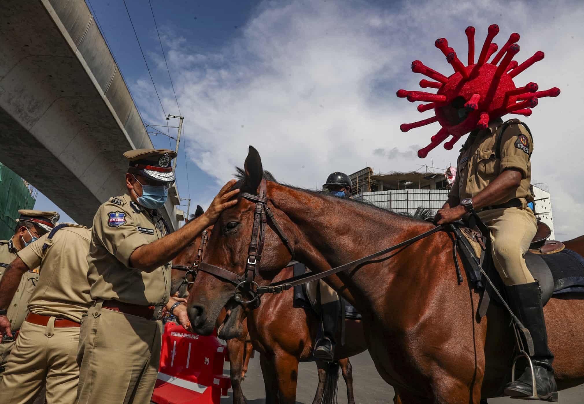 اقدام پلیس هند برای هشدار کرونایی به مردم + عکس