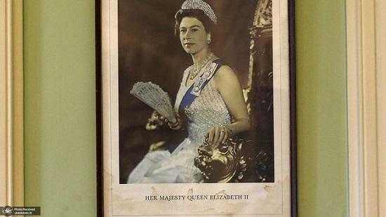 عکس ملکه در آکسفورد پایین کشیده میشود