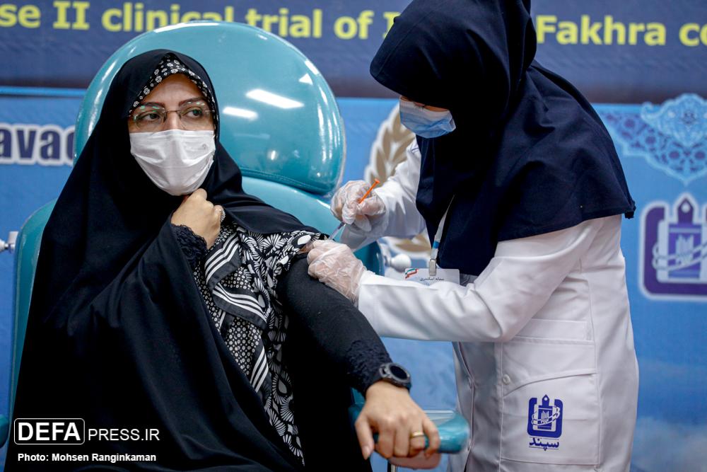 همسر شهید رضایی نژاد داوطلب تزریق واکسن ایرانی «فخرا» + عکس