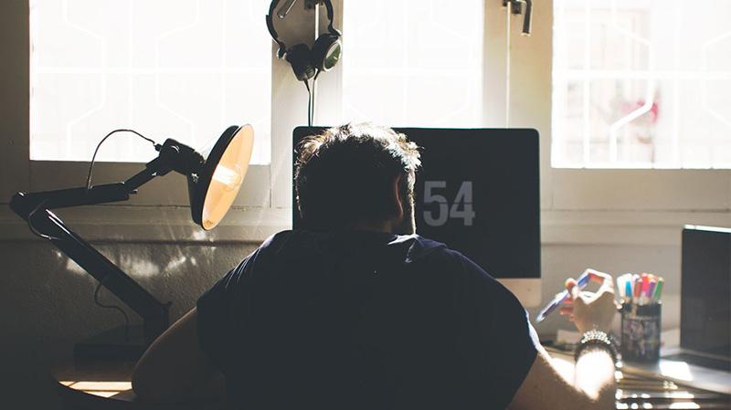 اگر بیشتر از ۵۵ ساعت در هفته کار میکنید، احتمالا یکی از این چیزها باعث مرگ شما میشوند!